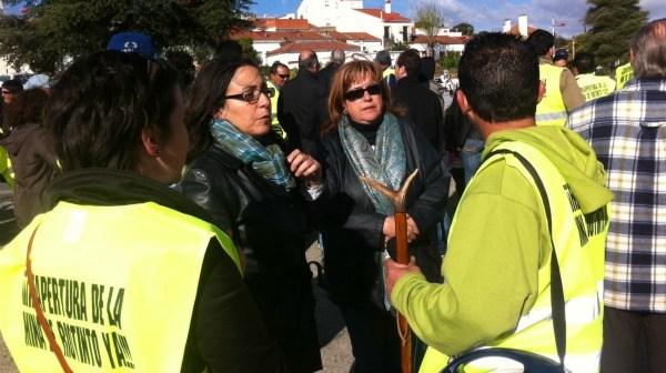 Imagen de archivo en la que aparece la alcaldesa de Riotinto, Rosa Caballero, junto mineros de la localidad.