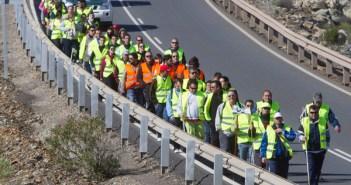 Cerca de 50 mineros de Riotinto cubren la marcha al Parlamento andaluz. (Julián Pérez)
