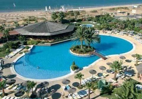Zona de la piscina del hotel Oasis en Islantilla.