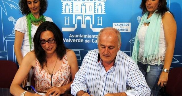 Firma del convenio entre el Ayuntamiento de Valverde y Madre Coraje.