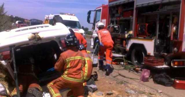 Los bomberos en plena actuación en el accidente.