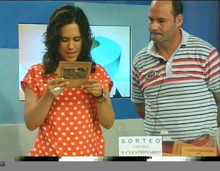 La concejala da lectura al nombre de la ganadora.