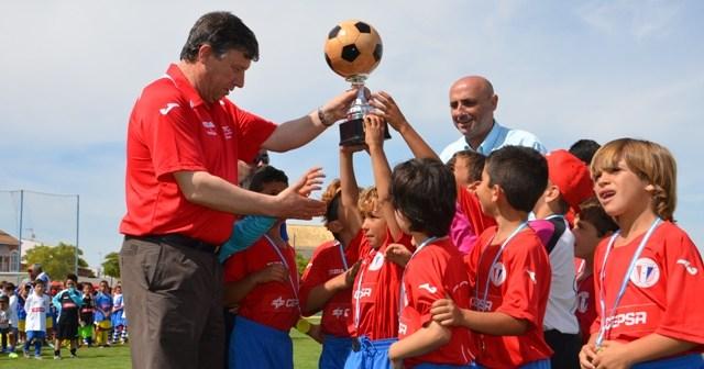 Los ganadores del torneo levantan el trofeo tras recibirlo del alcalde de Palos y en presencia de Jesús Velasco.