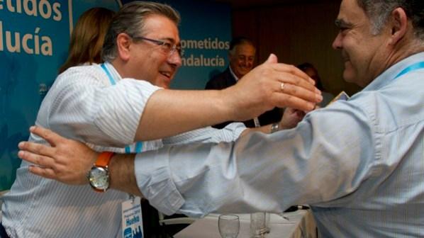 Juan Ignacio Zoido, alcalde de Sevilla y presidente del PP andaluz, saluda a Juan Carlos Lagares. (Foto: Julián Pérez)