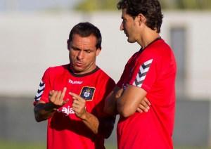 Sergi Barjuan, técnico del Recreativo, junto a su segundo Juanma Rodríguez. (J. Pérez)