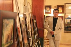 Javier Berrio en una imagen en la que muestra otra de sus facetas como artista, la de pintor. (Celia HK)