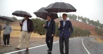 Alejandro Márquez junto al alcalde de Aracena durante la visita a la carretera Corterrangel.