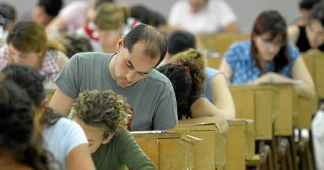 Opositores en un examen.