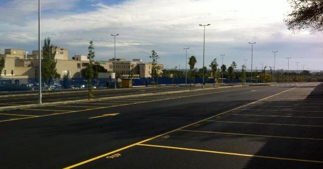 Imagen de archivo del aparcamiento de pago junto al hospital Juan Ramón Jiménez.