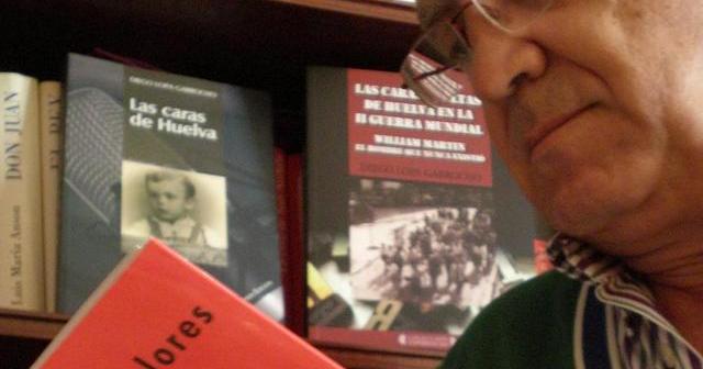 Diego Lopa firma libros este lunes en la Feria del Libro de Huelva.