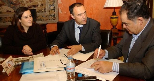 Firma del convenio con Damas.