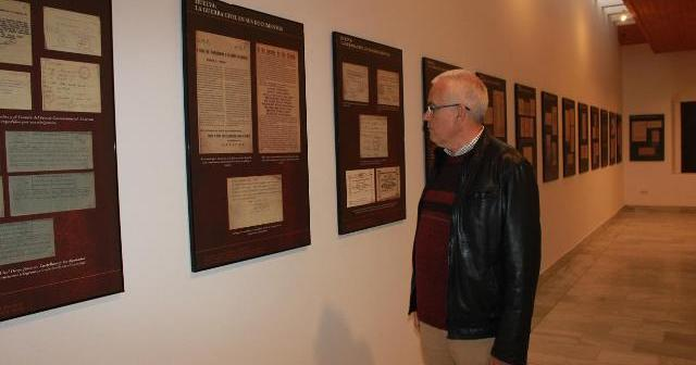 Visita a una de las exposiciones en Ayamonte.