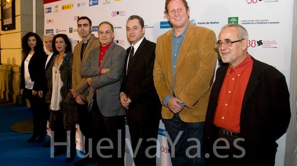 Eduardo Trías junto a los miembros del jurado durante la sesión inaugural del Festival de Cine de Huelva. (Julián Pérez)