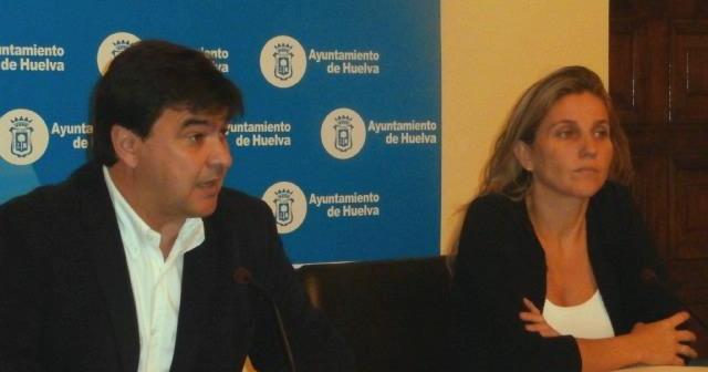 Gabriel Cruz explica en rueda de prensa la posición del PSOE sobre el plan de ajuste y el informe del interventor municipal.