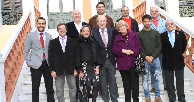 Los galardonados con el premio que otorga Huelva Televisión junto al alcalde de Huelva.