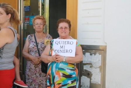 Protesta de afectados ante una entidad bancaria.