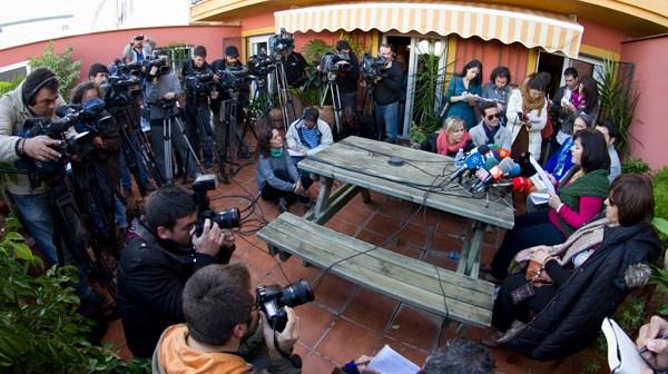 Gran expectación ha levantado la rueda de prensa de Ruth Ortiz en Huelva. (Julián Pérez)