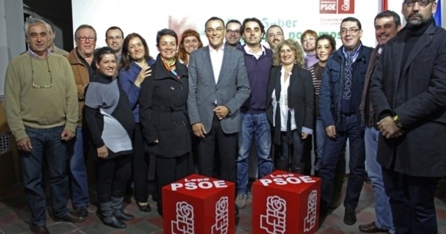Caraballo con militantes socialistas en Lepe.