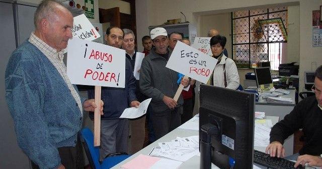 Ciudadanos en el registro del Ayuntamiento de Valverde.