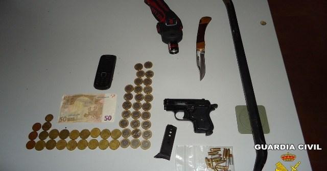 Pistola, dinero y otros objetos aprehendidos.
