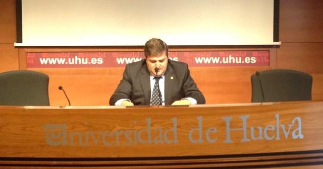 El rector en la lectura del manifiesto.