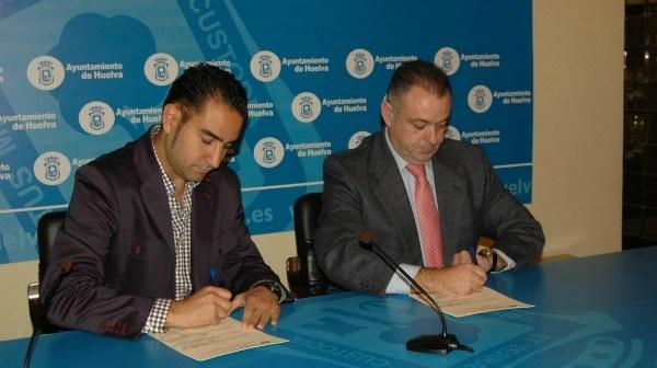 Firma del convenio del Ayuntamiento de Huelva con el restaurante Bonilla.