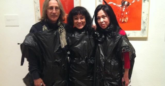 Foto de la diputada de Cultura con los artistas de Riuulyu Proyect.