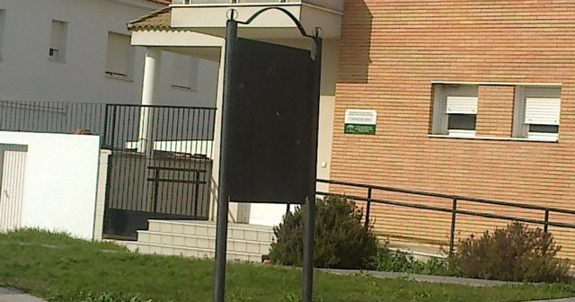 Uno de los paneles para instalar información en Trigueros.