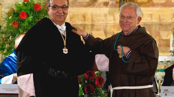 El rector ha entregado la distinción máxima de la UNIA a la comunidad franciscana de La Rábida. (Julián Pérez)