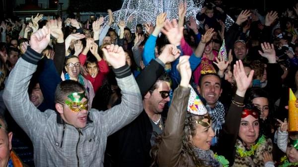Imagen de archivo en la que Jóvenes bailan al ritmo de Gangman style en la bienvenida adelantada de Lepe al año. (Julián Pérez)