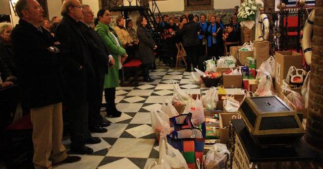 Ofrenda de alimentos del colectivo de mayores a La Cinta.
