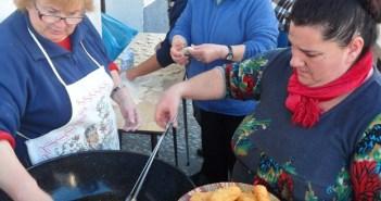 Preparando buñuelos en Linares de la Sierra.