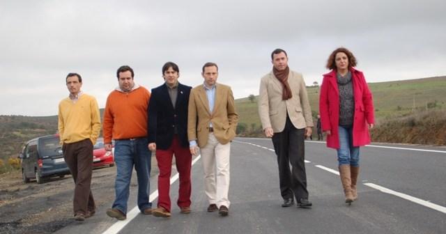Responsables locales y provinciales en la carretera que une El Cerro con Valdelamusa.