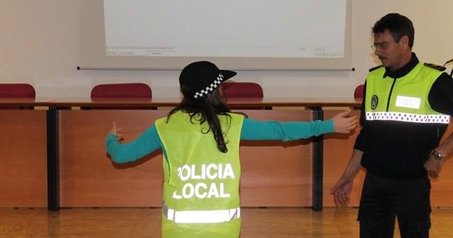 La Policía Local enseña educación vial a los niños del centro hospitalario.