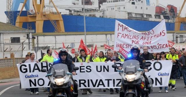 La marcha de trabajadores de Giahsa escoltada por Policía Nacional a su llegada a Huelva, a la altura de Astilleros. (José Miguel Espínola)