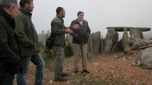 Vicente Zarza -derecha-, durante la visita al dolmen de El Pozuelo.