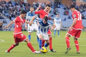 Jonathan Valle intenta marchase de varios jugadores del Sporting (Espínola)