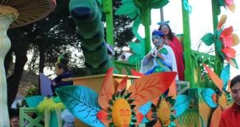 Una de las tres carrozas que formaban el cortejo festivo. (Reportaje gráfico: Celia HK)