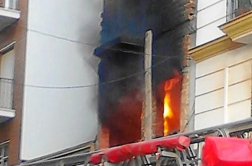 Las llamas y el humo salían al exterior del edificio al no haber ningún tipo de cerramiento. (Bejota)