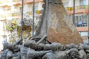 El Simpecado de Emigrantes a su llegada a la plaza del Punto. (Celia HK)