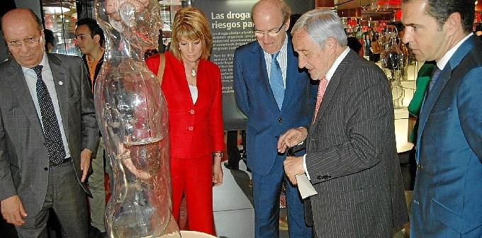 Responsables municipales y de La Caixa visitan la exposición.