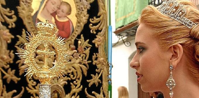 La Reina de la Fiestas de la Calle Cabo, durante el traslado de la Santa Cruz. (Julián Blanco)
