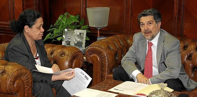 Manuel de Paz y Javier Barrero durante el encuentro que han tenido este viernes en el puerto onubense.