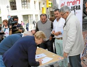 Recogida de firmas en el centro de Huelva en favor de mejores comunicaciones férreas.
