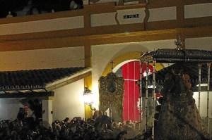 La Virgen ante el Simpecado de La Palma a las puertas de la casa-hermandad. (Celia HK)