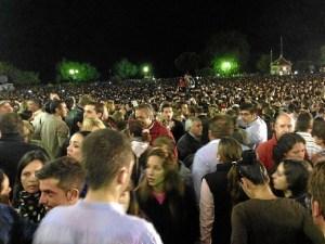 Miles de personas se concentran ante el santuario para ver salir a la Virgen.