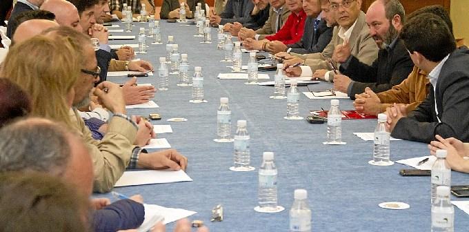 Reunión de los firmantes del manifiesto en favor de la línea Huelva-Zafra.
