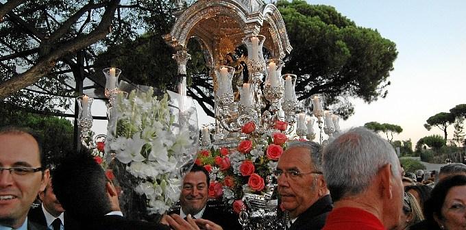 La Virgen de la Cinta, durante su traslado.