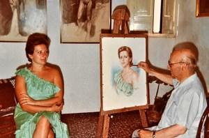 Gómez Feu pinta un retrato en su estudio.