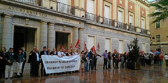 Protesta 'Abraza tu ayuntamiento' en Huelva.